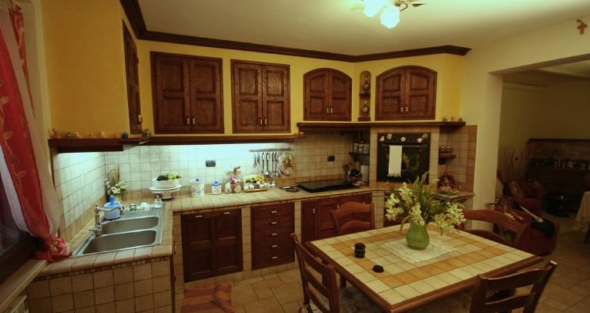 Cucina in finta muratura con sportelli rustici in castagno ...