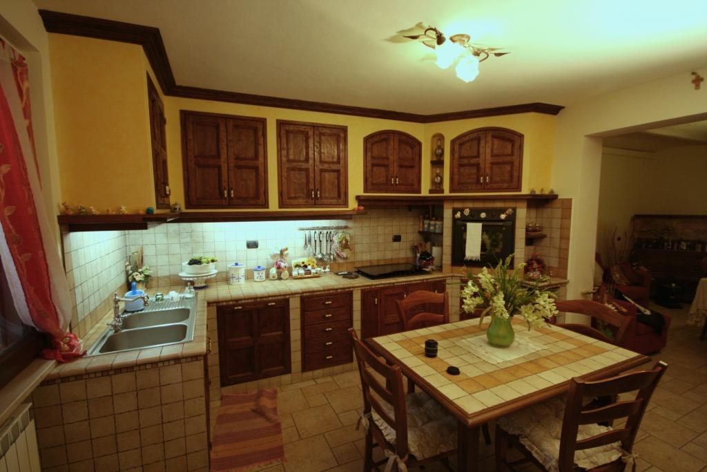 Cucina in finta muratura con sportelli rustici in castagno u2013 mastro