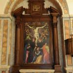 Macchina d'altare in legno di noce modanata e intagliata con lumeggiature in oro