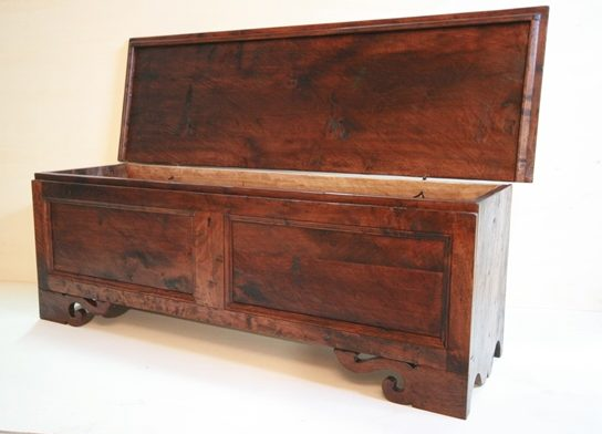 Cassone in legno di noce nazionale